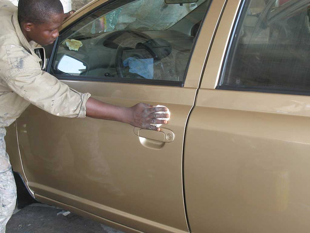 hand polishing car